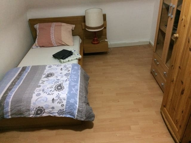 12m clean room, steps from metro, central - Stuttgart - Apartament