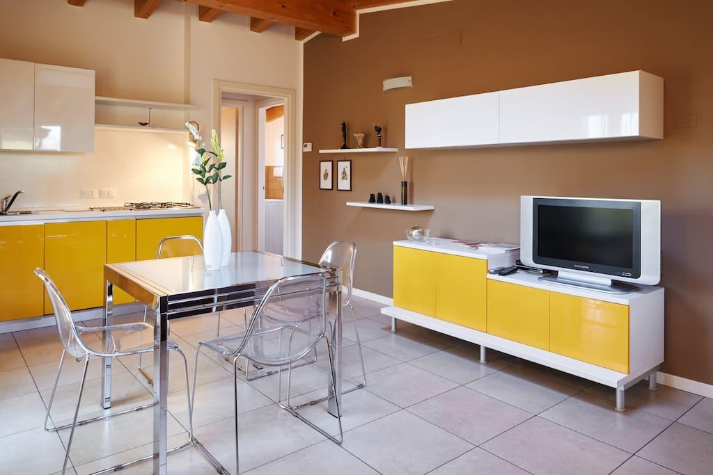 Angolo soggiorno, con mobili nuovi e grande TV con Wi-fi gratis o rete .