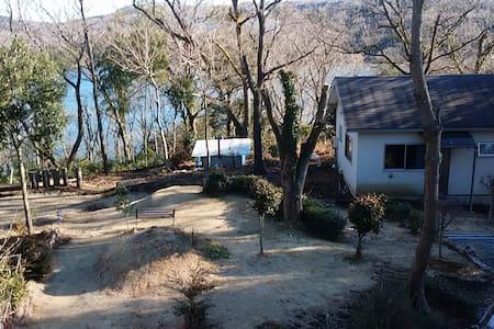 "Cottage by ""IPPEKI-KO"" (small lake) - Itō-shi - Дом"
