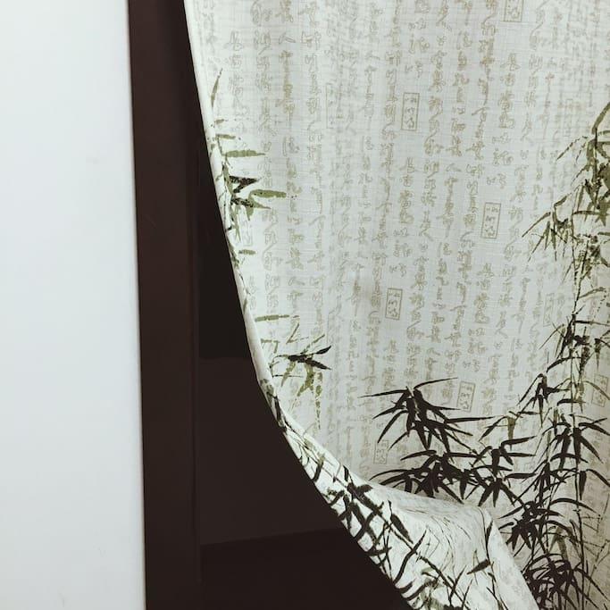 拉开竹帘,是一个小阳台,可以晾晒你的衣物,你也可以站在这享受阳光
