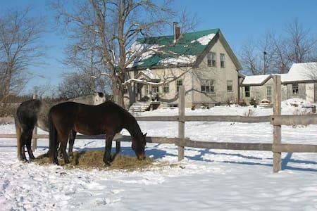 2 bdrms Century farmhouse ($65 per) - Windsor - Ház