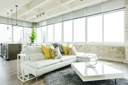 Luminous Penthouse Panoramic View Downtown Center