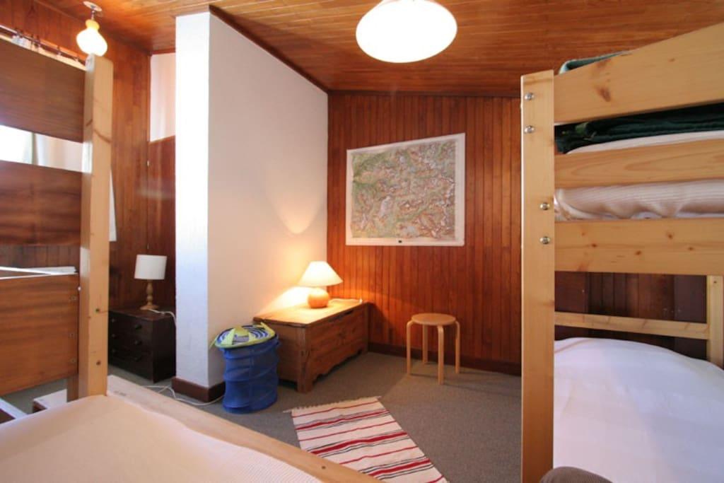 chambre étage :2 lits superposés + 1 lit normal