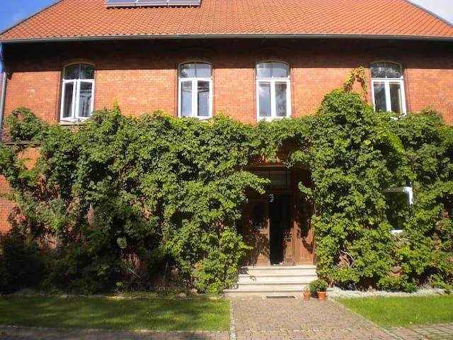 Zi. in alter Dorfschule Nähe Messe für 3-5 Pers. - Sarstedt - Oda + Kahvaltı