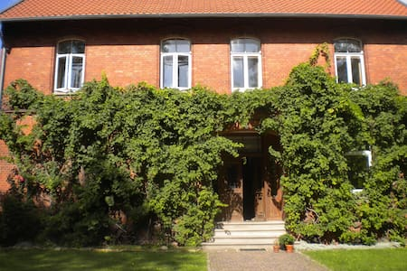 Zi. in alter Dorfschule Nähe Messe für 3-5 Pers. - Sarstedt - Bed & Breakfast