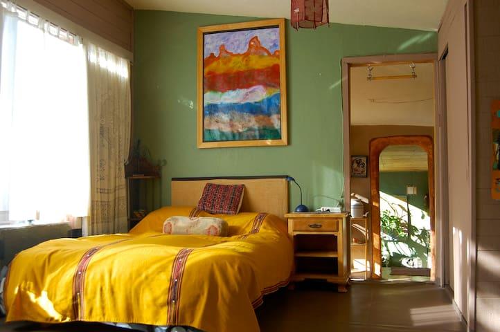 bed room , queen bed