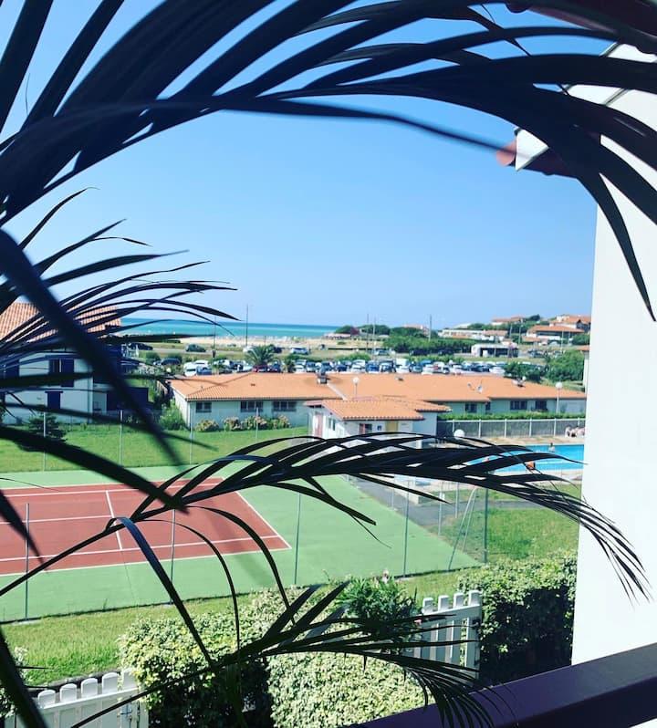 Vue océan, tennis et piscine.
