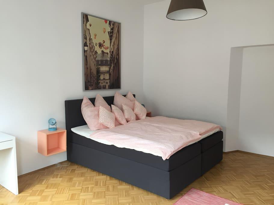 Großes Bett im Wohnzimmer