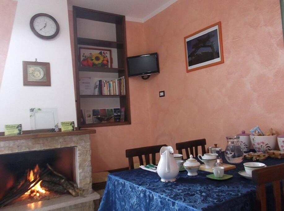 Nella sala Breakfast viene servita la colazione a base di prodotti tipici del territorio. In inverno ci si può rilassare davanti il camino bevendo una tisana o leggendo le guide e gli opuscoli della zona