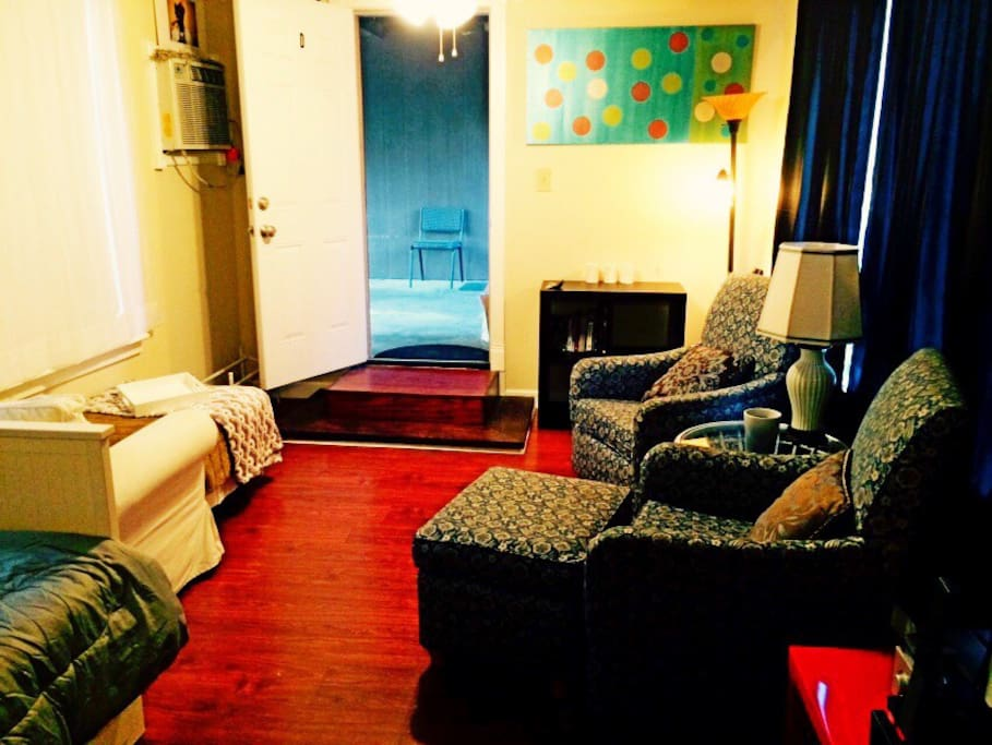 Living room area of the studio with a chaise Lounge