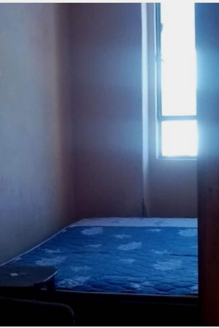 Habitación pequeña y confortable