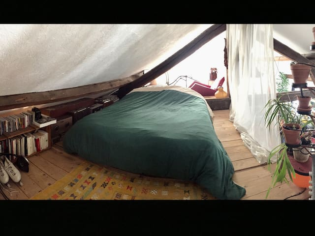 Chambre 01 - lit double mezzanine sur le toit de la cabane