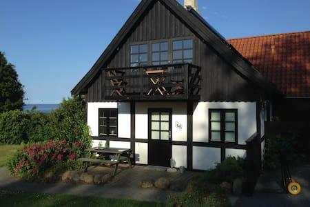 Dukkehuset, Bådstadvej 14 med egen strand - Gudhjem - Cabaña