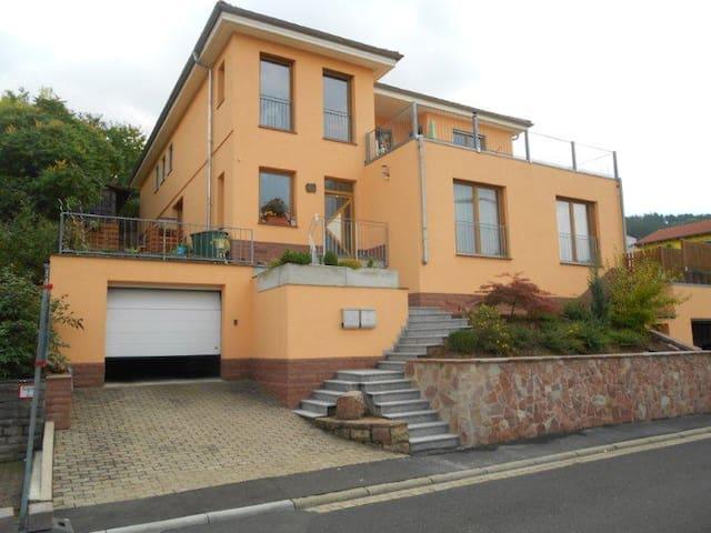 Ruhiges Haus mit toller Aussicht - Triefenstein - 公寓