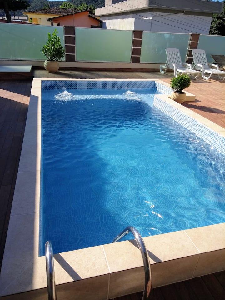 Linda casa com piscina em zimbros bombinhas
