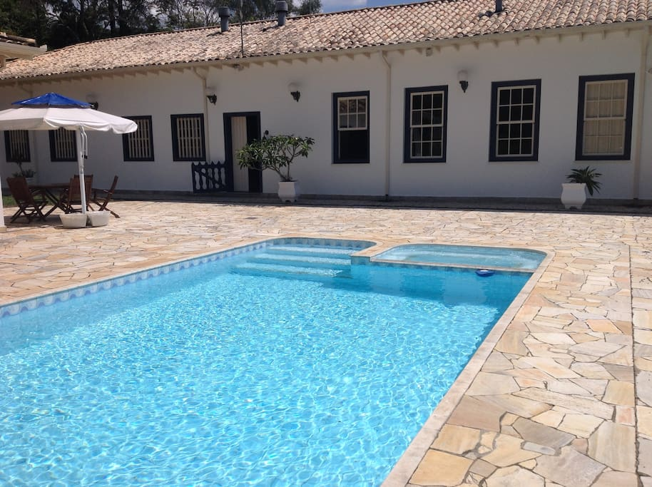 Piscina com sede ao fundo / swimming pool with main house in background