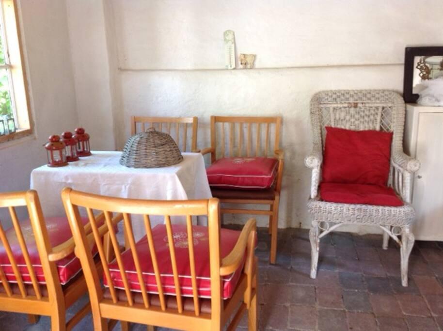 Der er mulighed for at sidde og spise i havehuset.