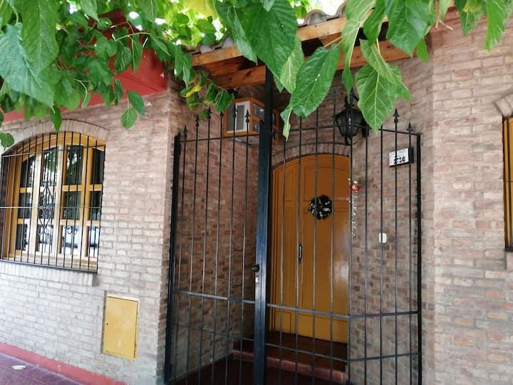 Habitación privada en casa de familia con patio