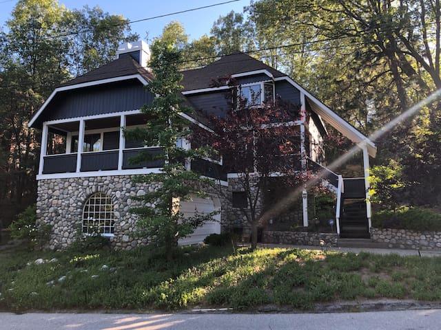 Family-Friendly Luxury Cabin 1 Block to Tavern Bay
