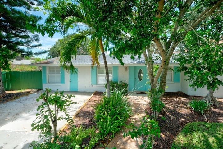 Huge yard & walking distance to Siesta Key Beach
