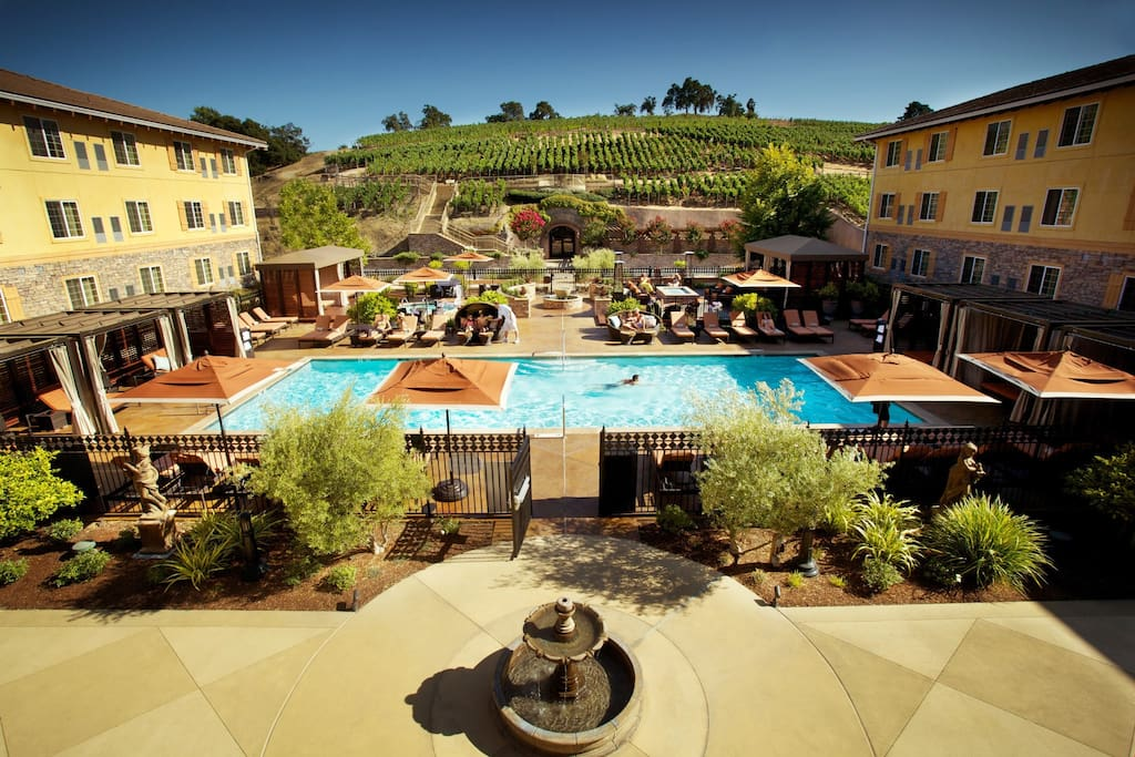Spend a wonderful vacation in Napa Valley at this luxurious residence.