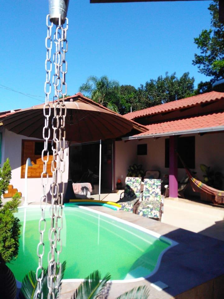 Muito aconchegante... área de piscina, varanda com cadeiras e rede...