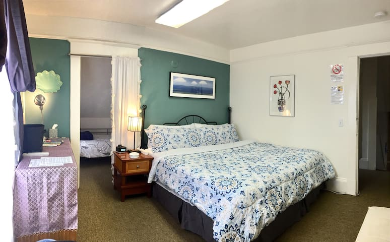King size bed/room with a twin size bed in a separate nook.