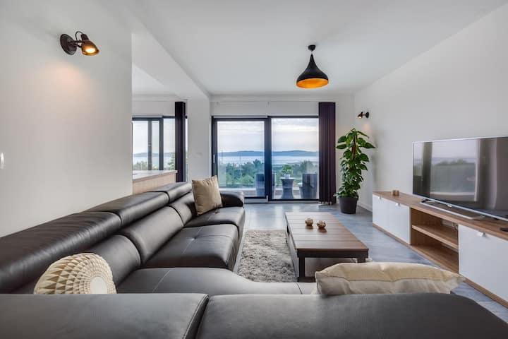 Panoramic Luxury Villa: 5 Bedrooms, Pool & Jacuzzi