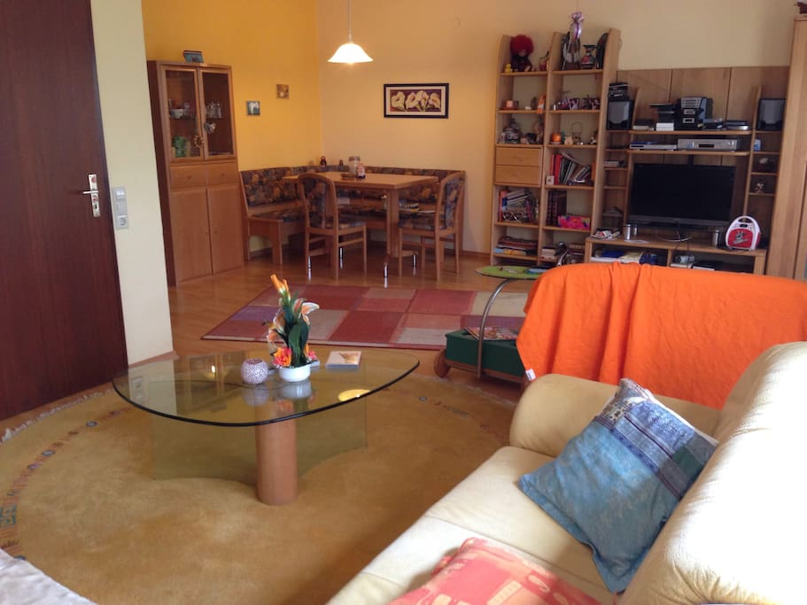 Gemütliches Sofa mit Wohnzimmertisch
