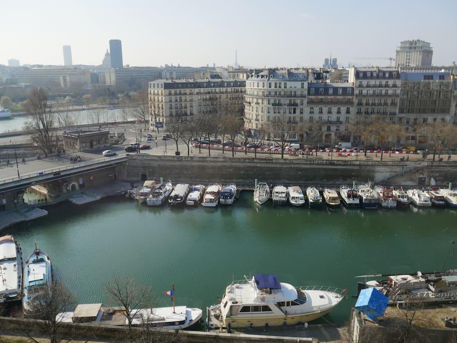 La vue de l'une des deux fenêtres / A view of Paris
