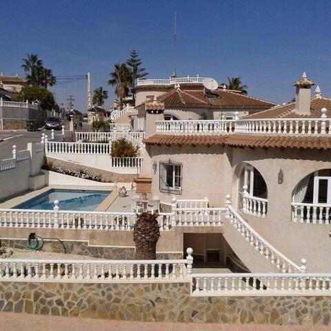 SE ALQUILA CHALET CON PISCINA - San Miguel de Salinas - House
