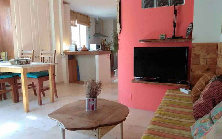 Practical Studio , 5 min to center & beach- Wi-Fi