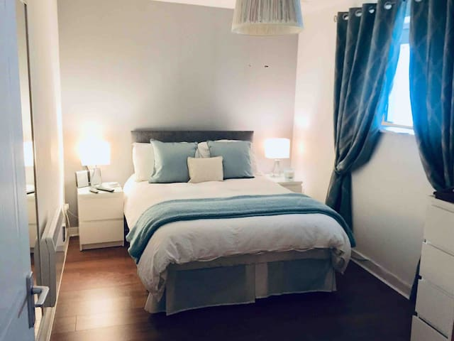 Dublin City, large Double Room+Free Parking+WiFi