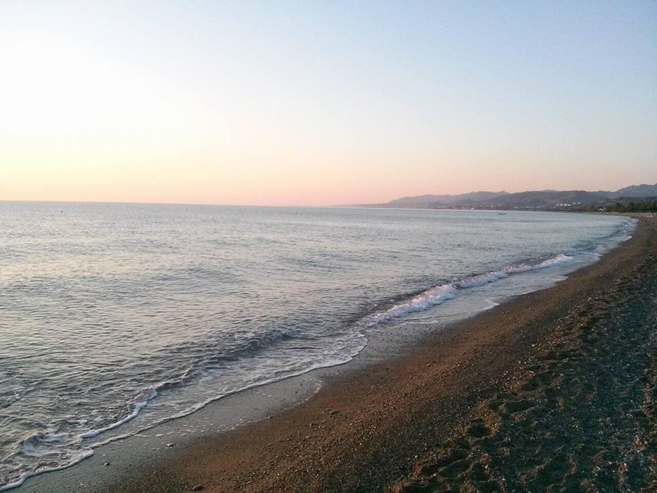 La spiaggia e il mare , acqua pulitissima, sabbia e ciottoli.
