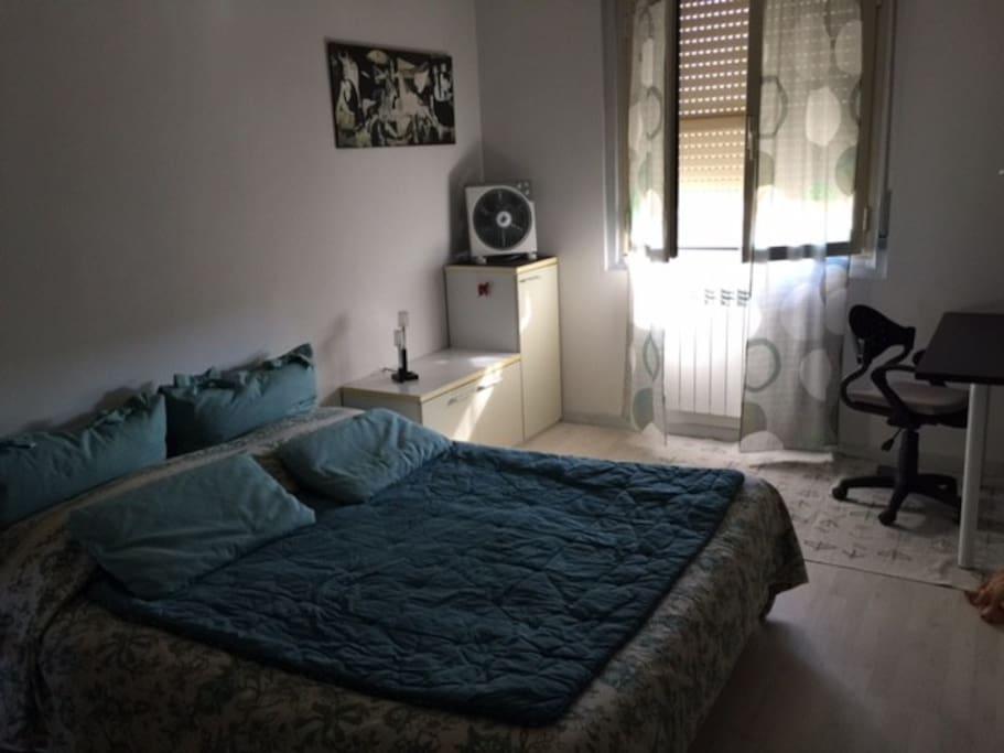 Camera da letto matrimoniale / armadio / scrivania / TV