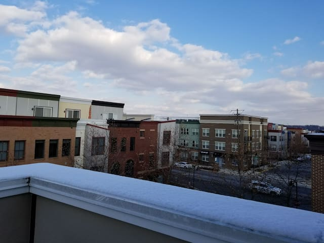 Sunny Private 3rd Floor Suite - Minutes from UMD