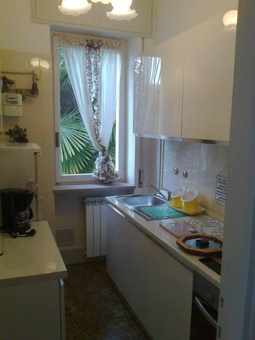 Cucina con fuochi forno normale e microonde e frigo