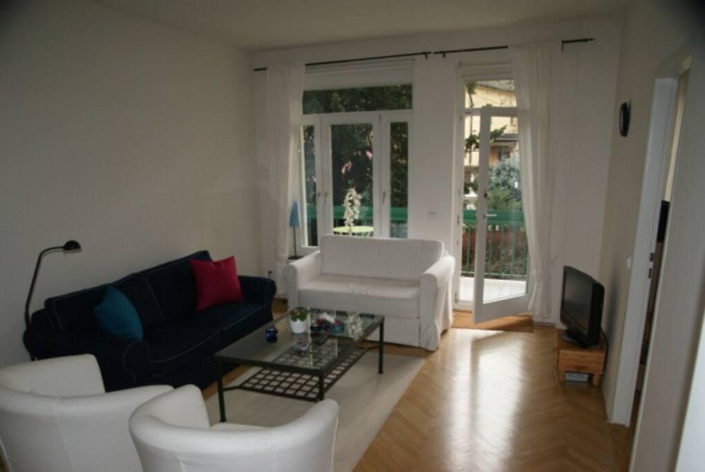 Das Wohnzimmer mit Blick auf balkon und Garten