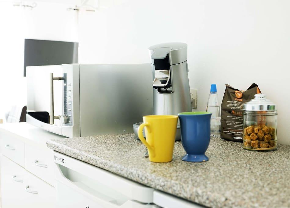 Coin cuisine avec réfrigérateur,congélateur,lave vaisselle, lave linge, micro-onde, plaques cuisson