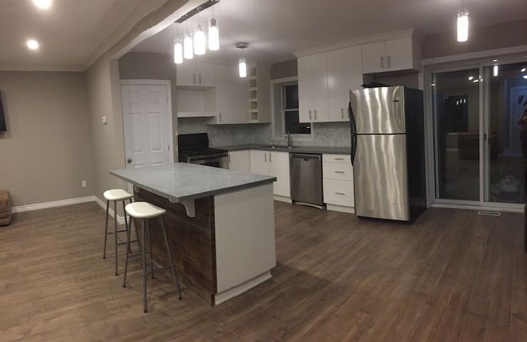Renovated Bungalow Near 401