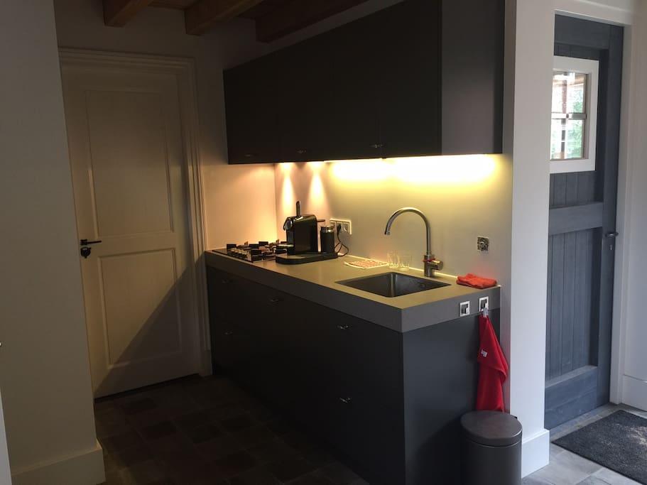 De keuken voorzien van vaatwasser... en combi oven /magnetron
