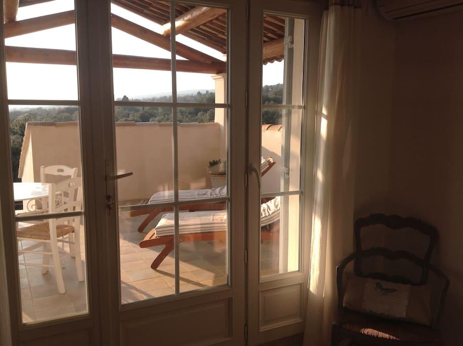 Aperçu de la terrasse privée équipée de transats, table, chaises.
