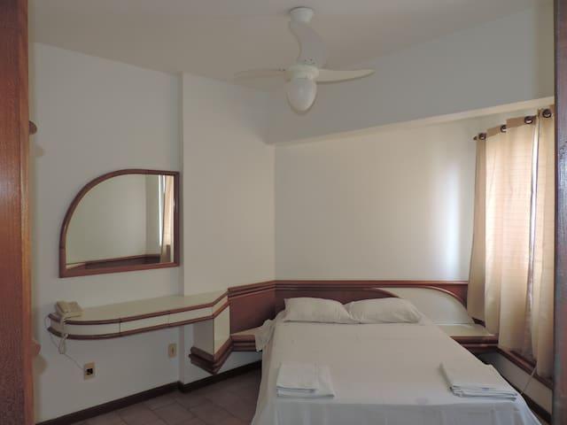 Quarto com cama de casal (opção para 2 camas de solteiro). Ventilador de teto (opção para ar-condicionado).