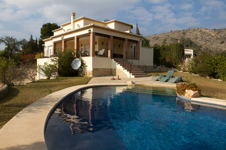 Low price!, Luxury Villa,Sleeps 9