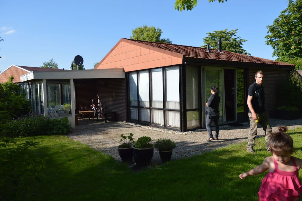 Achterzijde woning waar heerlijk gezeten kan worden bij mooi weer.