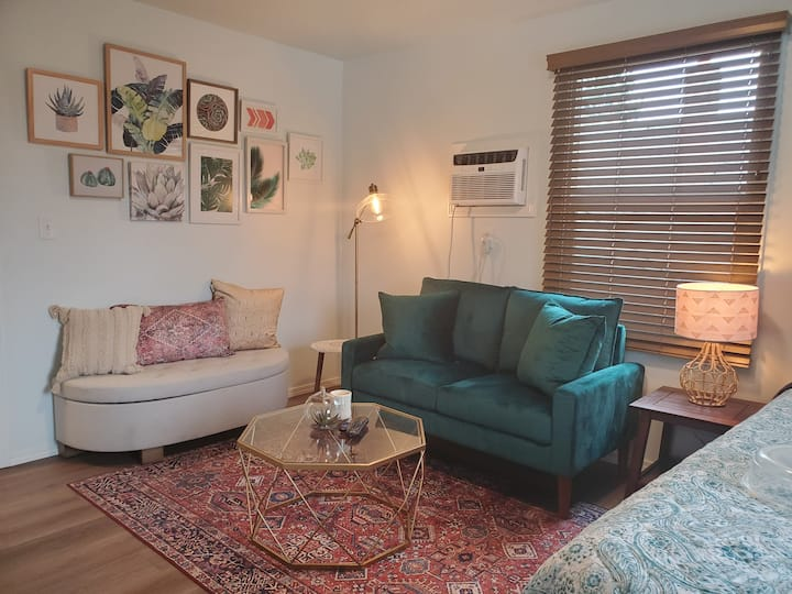 Cozy Modern Studio 3 minutes from Downtown