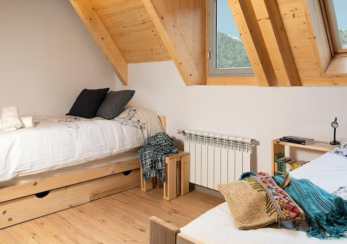 Habitación con 4 camas individuales (2 en nido) para que toda la familia pueda estar junta