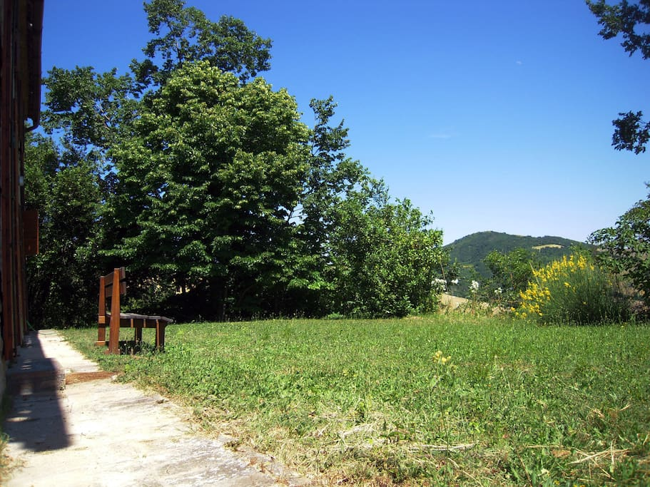Il giardino che si affaccia sulle terre del Montefeltro