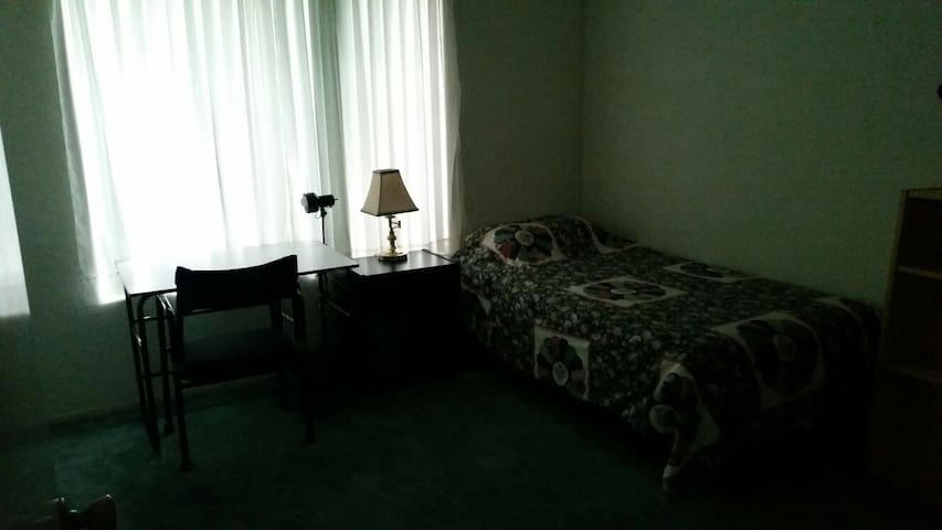 Bedroom near Cal Poly and Western U - Montclair