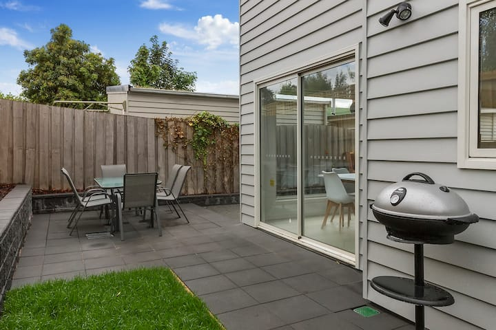 Brand new 3 bed villa-private courtyard,walk shops